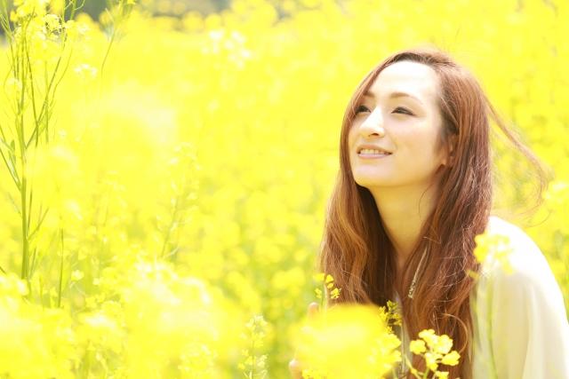 明るい黄色