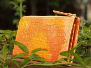 オレンジ色の財布